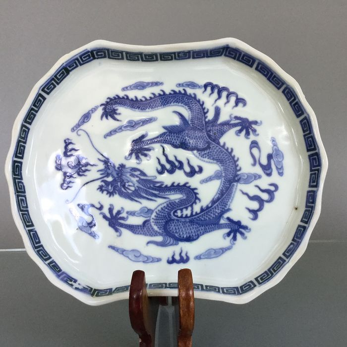 Antique shallow dragon dish  - Blue and white - Porcelain - 5 clawd imperial dragon dish - China - Republic period (1912-1949)