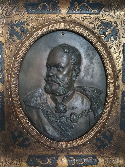 """Bas-relief in oval bronze """"Important Hierarch"""" - with carved wood frame and engraved gold color - Late 19th century"""