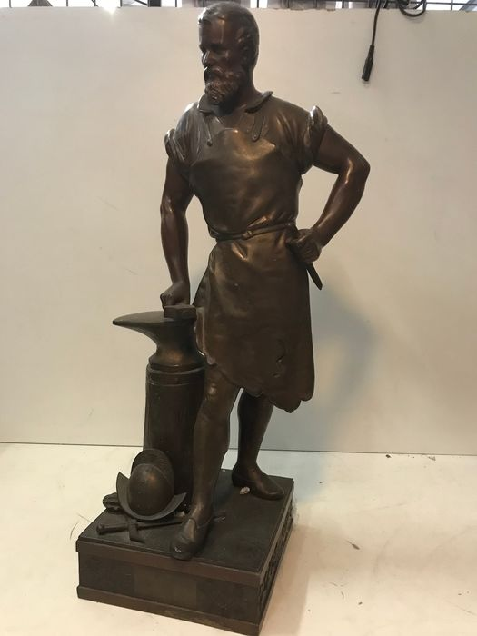 Gesigneerd Mage - Sculpture, Blacksmith by anvil with a helmet on the ground - Neoclassical - Zamac - 19th century