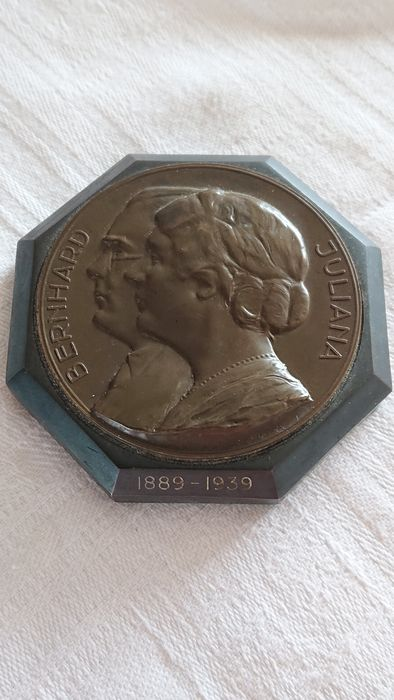A paper-weight with Juliana and Bernard 1939 - Art Deco - In bronze
