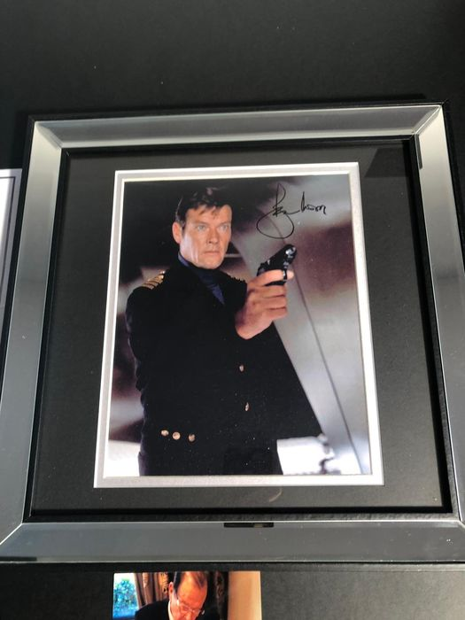 James Bond 007 - signed by Sir Roger Moore  - Private signing 2016 - with Coa & photoproof - Framed - Autógrafo, Fotografía