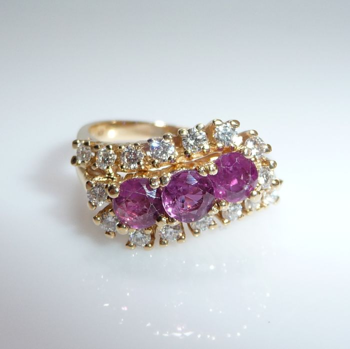 14 kt. Yellow gold - Ring, 3 pink sapphires 2.1 ct. - 16 diamonds 0.64 ct. F / VVS