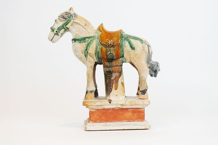 Mingqi - Terracotta - A Large Glazed Pottery Horse with Saddle, with TL test, H- 35,5 cm., W- 33,5 cm. - China - Ming Dynasty (1368-1644)