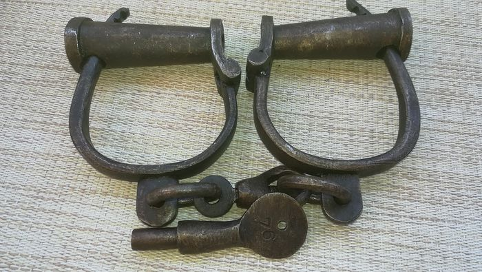 Numbered ancient handcuffs in perfect working order - Iron (cast/wrought)
