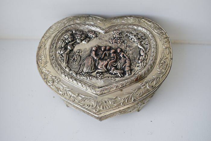 heart-shaped jewelry box with medieval scene (1) - silver plated - velvet fabric