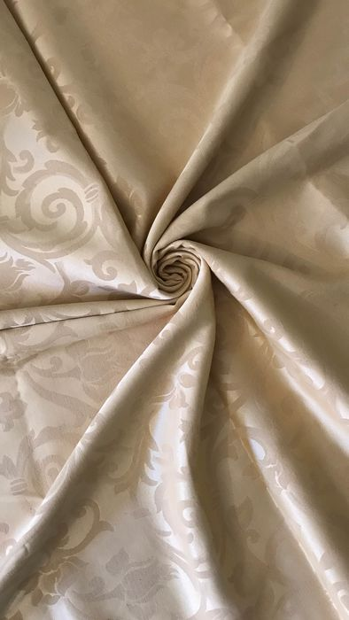 Lot consisting of 2.80 x 2.60 m of elegant damask fabric with ramage decorations in silver threads - pale gold colour