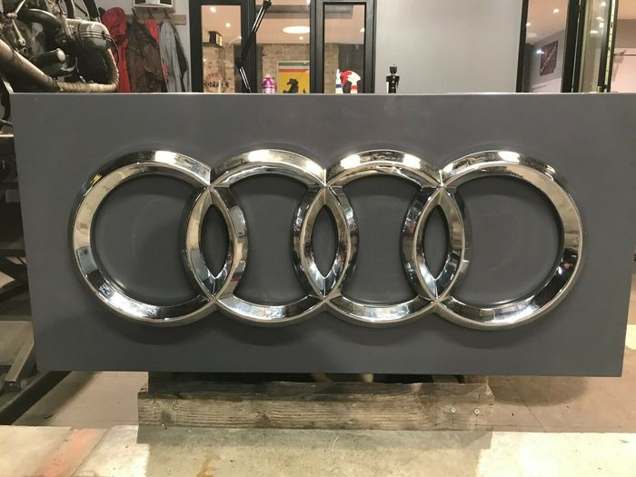 Beschilderung - Audi - Genuine Large Audi Dealer Sign in Silver Dealership Emblem - 1990-2000