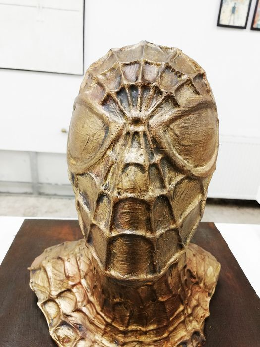 Spider-man -  4/50  bronzed by artist Emma Wildfang - Œuvre d'art The sculpture on bronzed wooden plate has a weight of 1940g