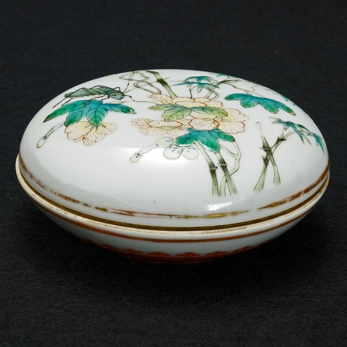 Box (2) - Famille verte - Porcelain - Flowers - Chinese Polychrome Paste Box with Cricket and Flowers 19th Century - China - 19th century