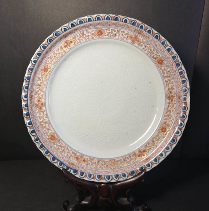 Plate (1) - Porcelain - Unusual Anhua and Imari decor - China - Kangxi (1662-1722)