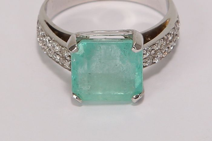18 kt. White gold - Ring - 6.00 ct Emerald - Diamond