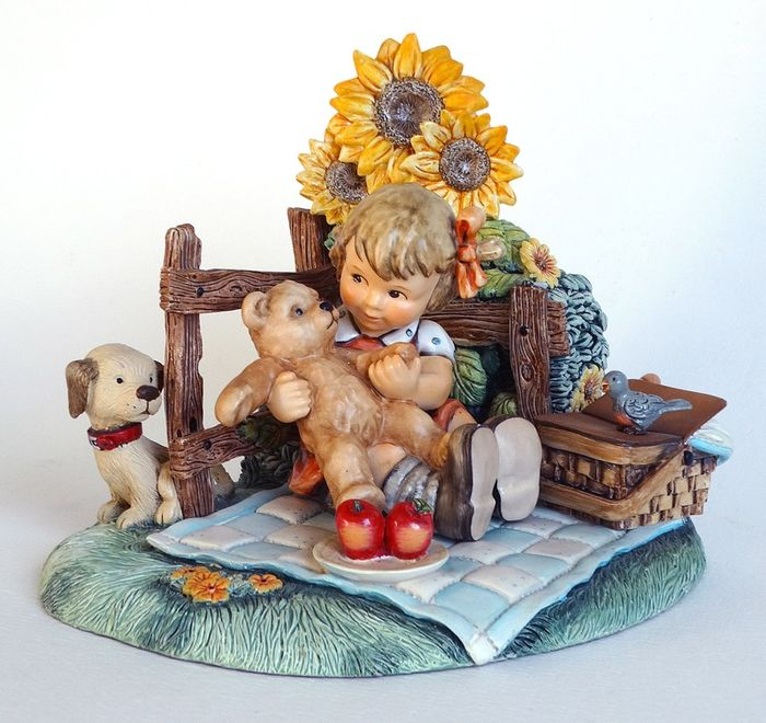 "M.I.Hummel - Goebel nr. 2155 + Display/muziekdoos ""Teddy Bear Picnic"" - 2-delige set - Porselein"