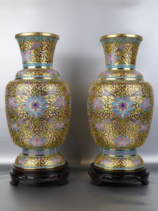 Vasen - Grubenschmelz - Lotusblume - A Fine decorated large Pair of champleve vases with wooden bases - China - Zweite Hälfte des 20. Jahrhunderts