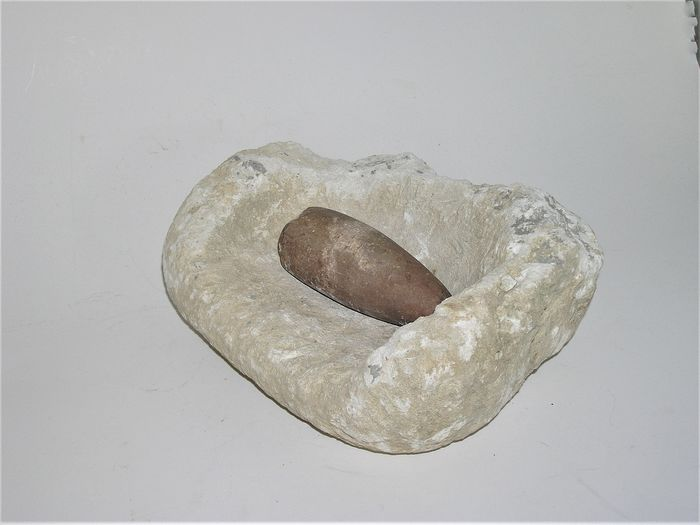 Prehistoric, Neolithic Stone mill with grain (one says of: Dordogne near Eyzies de Tayac) - 30×22×22 cm - (2)