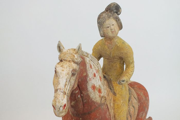 Mingqi - Terracotta - Superb Pottery Female Polo Player Astride A Galloping Pony, with TL test, H-40 cm.  - China - Tang Dynasty (618-907)