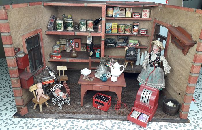 Doll - Antique Shop Display Doll House with Many Accessories - Belgium