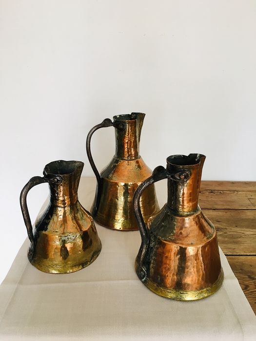 Lot of 3 exceptional antique Persian jugs in red and yellow hand-hammered copper with beautiful (3) - Copper