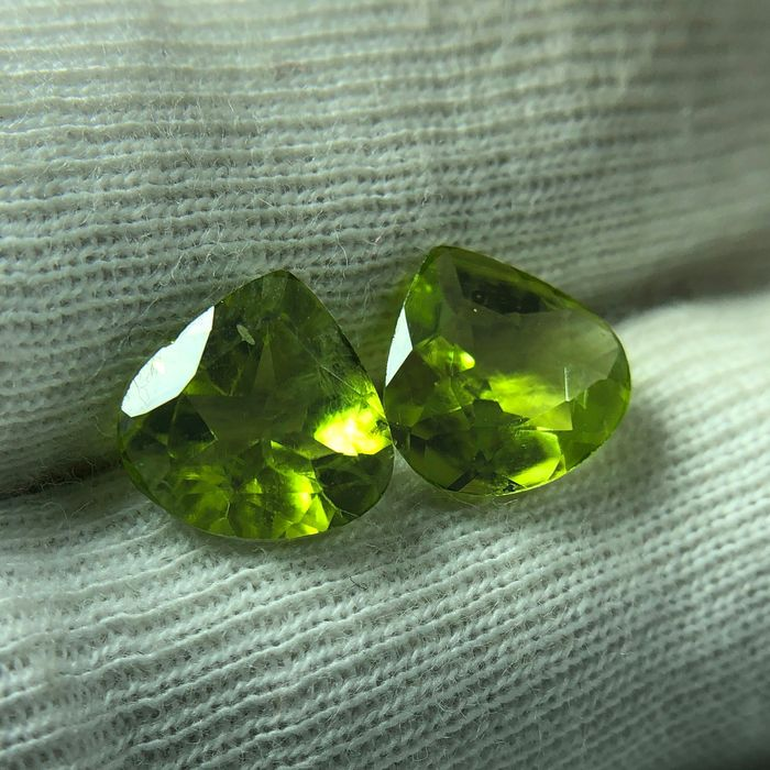 2 pcs Yellowish Green Peridot - 5.40 ct