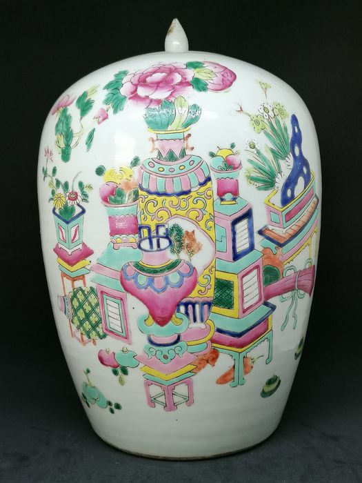Beautifully decorated ginger jar with antiques - Porcelain - China - Early 20th century