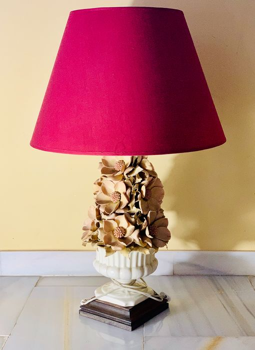 Lamp met florale decoratie