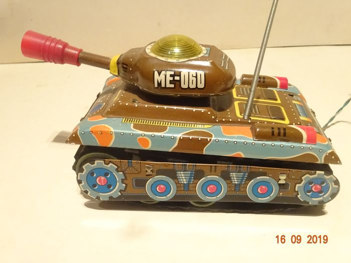 CHINA - Tank Battery operated + Heli with wind-up motor Tank ME060 - 1980-1989 - China