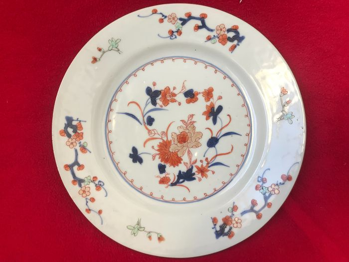 An Imari/famille verte plate decorated with flowers - Porcelain - China - Kangxi (1662-1722)