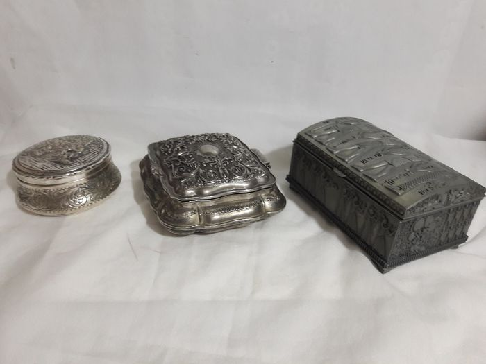 Lot of 2 vintage jewelry boxes and bas-relief tobacco box. - Silverplate