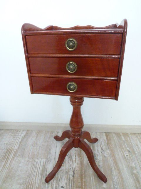 Beautiful vintage wooden telephone table / side table with three drawers - finished with brass fittings - - Wood, Brass