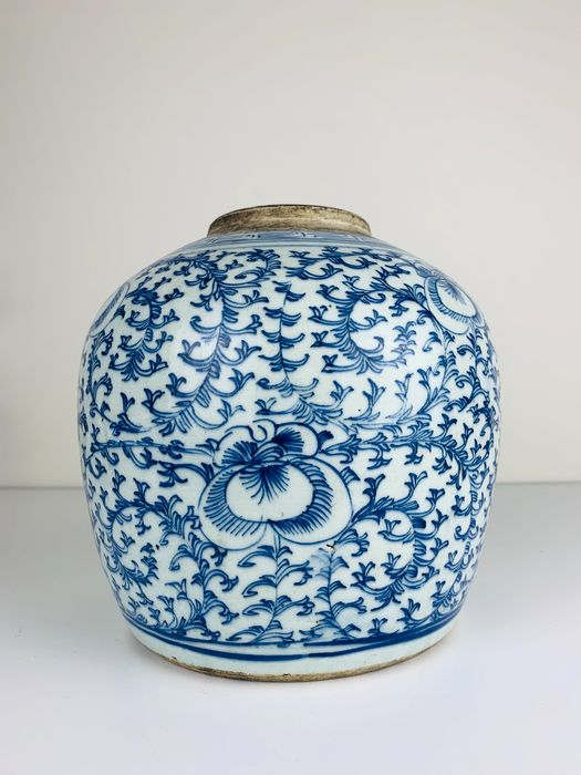 Large Ginger Jar with scrolling Lotus branches - Porcelain - China - 19th century