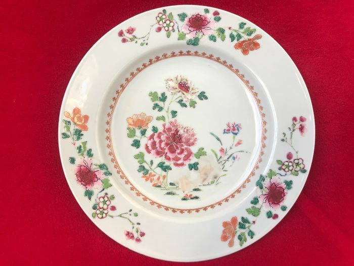 A famille rose plate decorated with peonies - Porcelain - China - Qianlong (1736-1795)