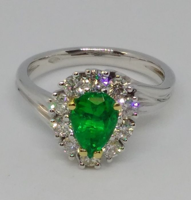 18 kt. White gold - Ring, Emerald ring 0.75 ct with diamond contour 0.70 ct Emerald - Diamonds