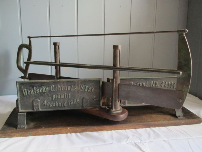 Antique miter saw, in beautiful complete and working condition, around 1890 - wood, metal