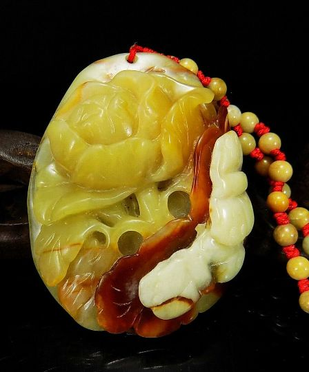 Serpentine group carved natural Nephrite  necklace flower butterfly - 20. century - 68 g