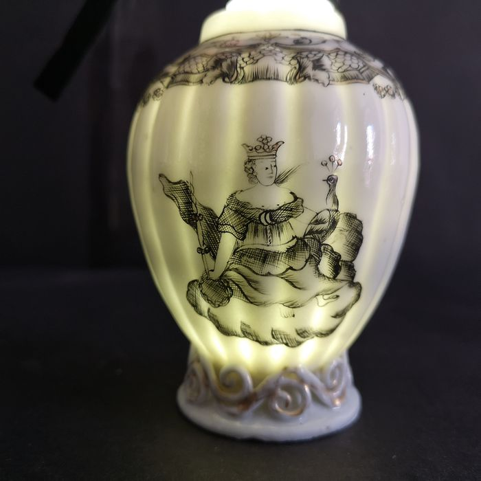 Bottle, Tea caddy (1) - Chinese export - Porcelain - Juno - Grisaille - China - 18th century