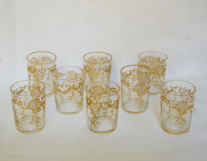Saint Louis - 8 liquor glasses - engraved Louis XV style decor - Crystal
