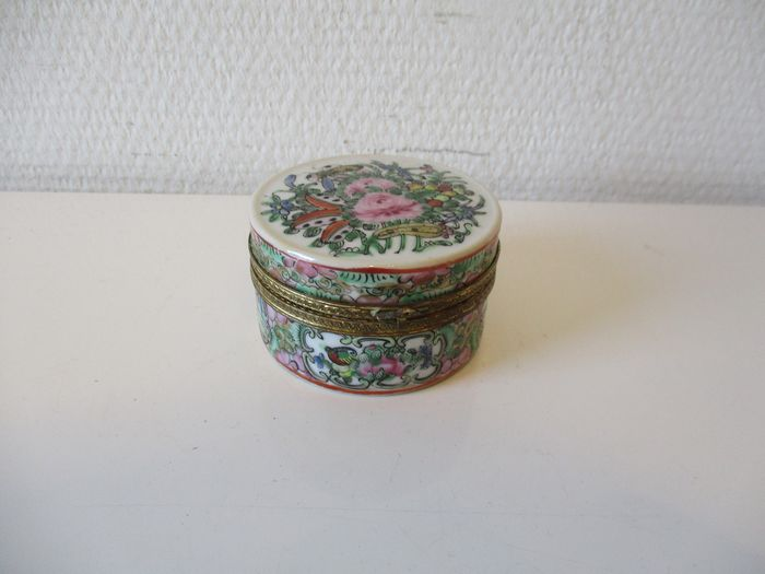 Circular box - Canton, Famille rose - Gilt, Porcelain - China - Approx. 1900