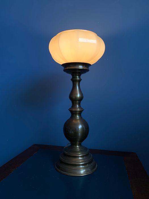 Atmospheric antique table lamp with beautifully shaped glass shade (1) - hand-blown opaline glass, copper