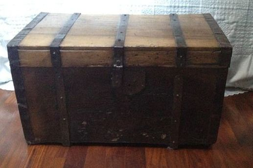 Trunk / chest in walnut wood with iron finishes - Wood