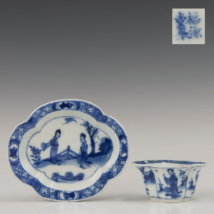 Rare flower shaped cup and saucer - marked (2) - Blue and white - Porcelain - Long lines in a fenced garden - China - Kangxi (1662-1722)