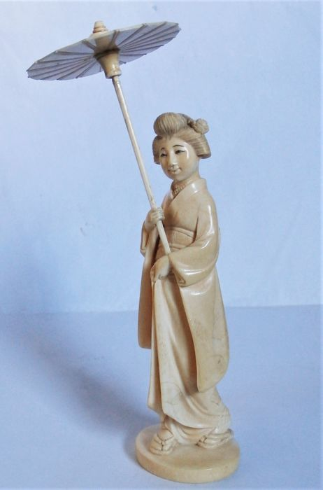 Okimono - Ivoire d'éléphant - well carved bijin with parasol - Japon - Période Meiji (1868–1912)