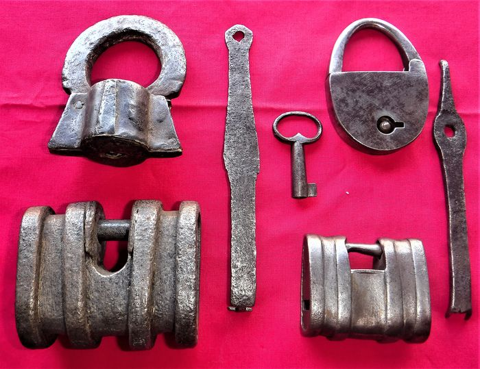 4 padlocks - from the 18th and 19th centuries - Hand-wrought iron - India - 18th and 19th century
