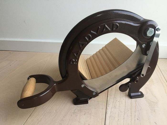 Raadvad - Fantastic classic vintage bread slicer, brown, mint condition - wood, cast iron and steel
