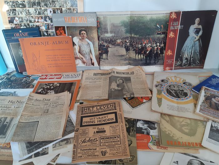 Very large and comprehensive collection of Koningshuis publications (96) - Cardboard, Paper
