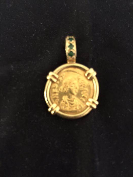 18 kt. Yellow gold - Pendant Byzantine Solidus Phokas (602-610) Gold coin, set 18k with 4 small emeralds on