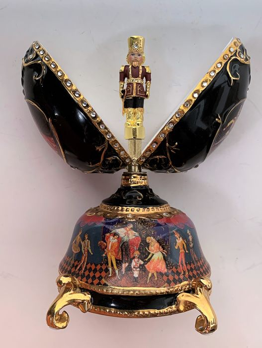 Fabergé style by Ardleigh Eliott, Music by Tchaikovsky's 'The nutcracker March' - the Nutcracker Ballet music box collector egg - Porcelain, 22K gold plated