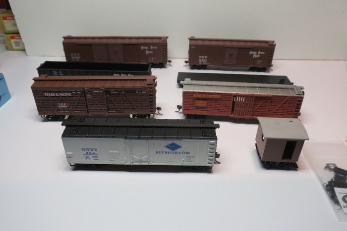 Walthers, Kadee, Athern H0 - Freight carriage - 8 different incl. Logging Caboose - Nickel Plate Road, Texas & Pacific, Union Pacific Railroad, a.o.