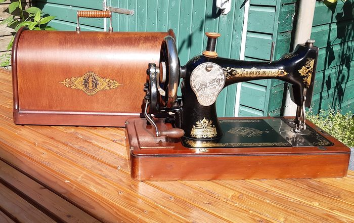 Singer 28 - A hand sewing machine with dust cover, 1912 - Iron (cast/wrought), Wood