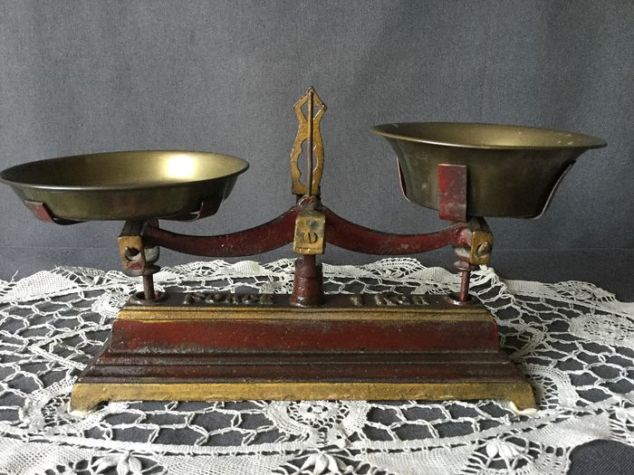 Beautiful old Libra with two brass dishes - Iron / copper