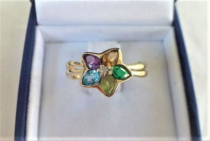 14 kt. Yellow gold - Ring flower shape with 6 faceted gemstones.