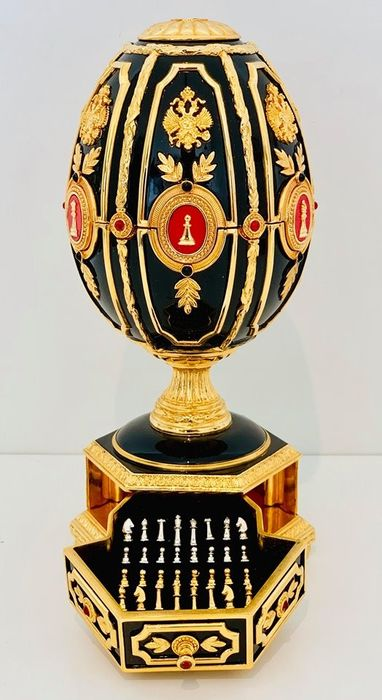 Fabergé - The Imperial Chess Egg  - Heavy 24 carat gold and Silver plated - COMPLETE WITH ALL CHESS PIECES